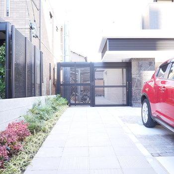 正面のゲート内は駐輪場です!