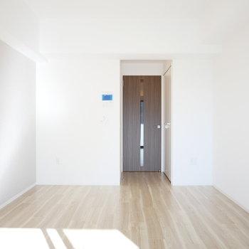 床はフロアタイルですが、木の雰囲気が感じられます!(※写真は9階の同間取り別部屋のものです)