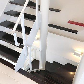 【2F】階段の途中には黒と赤の棚。写真を飾りたい!