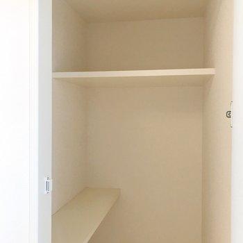 【2F】棚もあるので、色々収納しやすそう!
