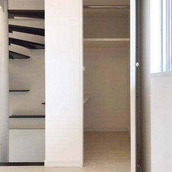 【2F】階段の右側に奥行きのある収納。