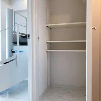 【1F】向かいには可動棚がありました。アウトドア用品の収納にも困りません。