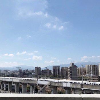 【1F】外には新幹線も通ります。でも8階なのでほとんど音は気になりません。