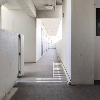 共用廊下もスッキリ清掃されていて綺麗でした。