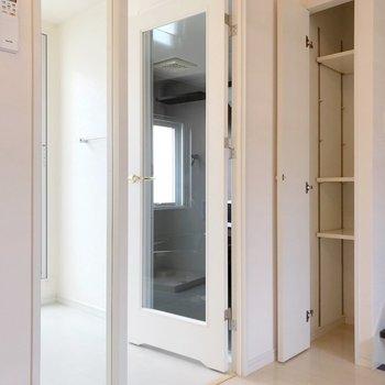 【2F】ここにも小さな棚。タオルなどの収納にいいですね。