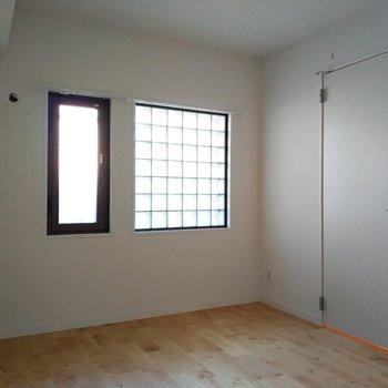 窓もおしゃれで素敵な空間