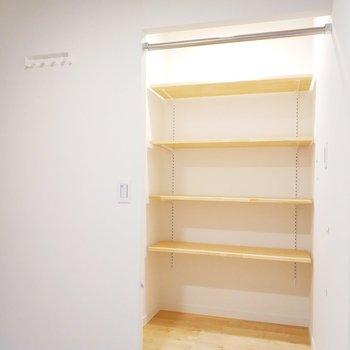 横には可動式の棚もあります◎