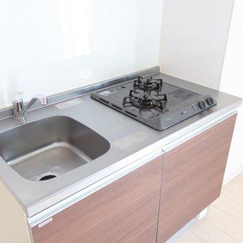 しっかり2口だけど調理スペースがちょっと狭め。作業台として使えるカウンター家具を置くのもいいかな◯