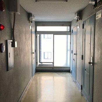 共用部はこちら。エレベーターもしっかり完備です。