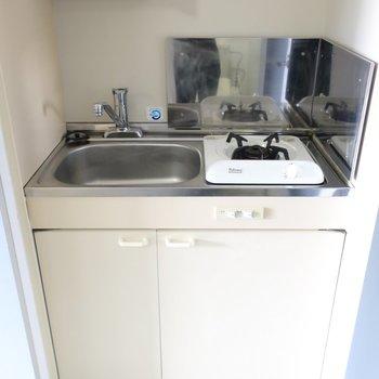 キッチンは超コンパクト!お湯を沸かす程度なら使えるかな。