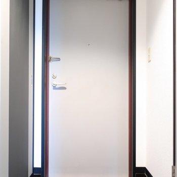 玄関はシックな雰囲気。シューズボックスはありません。