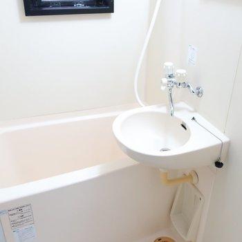 洗面と浴室は同一な2点ユニットです。窓があるので換気はしっかりできますね。
