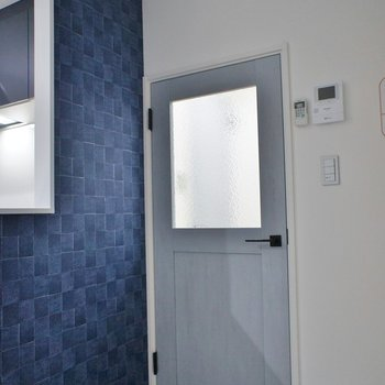 お部屋のドアがライトブルーのアンティーク風で可愛い