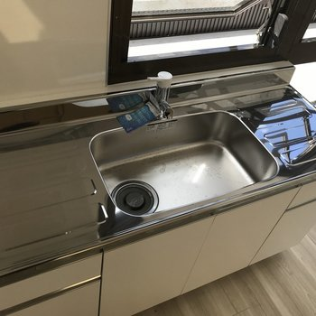 右手にあるキッチンはガスコンロを持ち込んで。