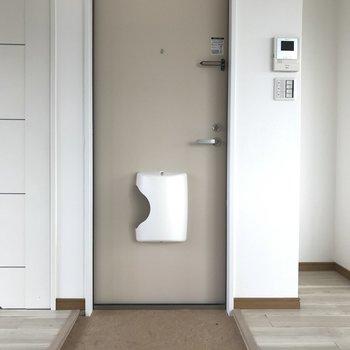 玄関は小さめ。シューズボックスはないですね。