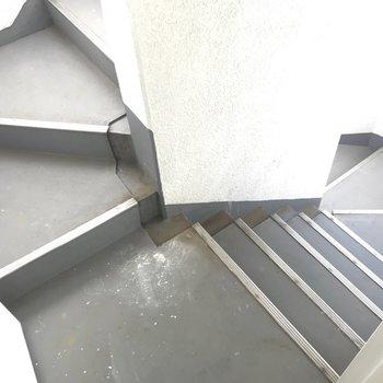 非常口から出られる階段もあります。