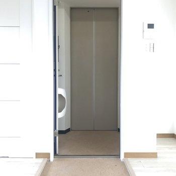 玄関開けるとエレベータ。