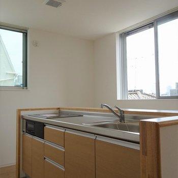 アイランドキッチン。※写真は201号室のもの