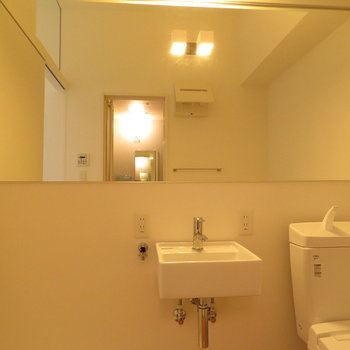 鏡がでかく長いんですよ!※写真は同間取り別部屋のものです。