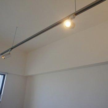 やわらかい光の間接照明もいいね※写真は反転間取り別部屋のものです。
