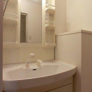 きれいな洗面台※写真は反転間取り別部屋のものです。