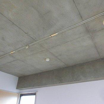 打ちっぱなしの天井にライティングレール※写真は反転間取り別部屋のものです。