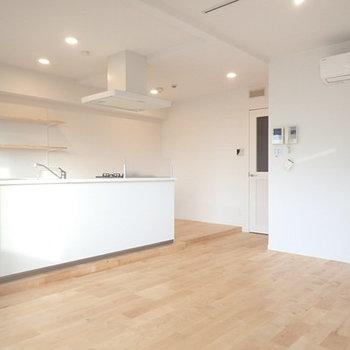 全体的に白く清潔感のあるお部屋です。