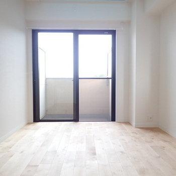 役6帖の寝室。最上階角部屋でこちらにもベランダ付き!