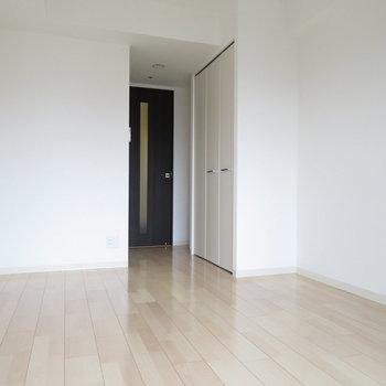 壁面を多く使えるので、家具の配置は楽かな?※写真は14階の同間取り別部屋のものです