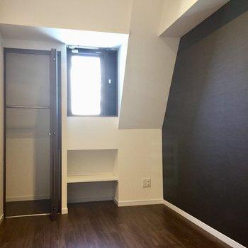 右側の部屋。備え付けの棚が嬉しい