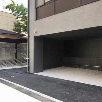 建物裏には駐輪スペースがありました