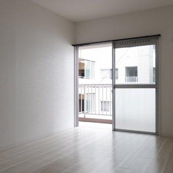 こちらは6帖の洋室。2人一緒のお部屋としても使える広さ。※写真は通電前です。