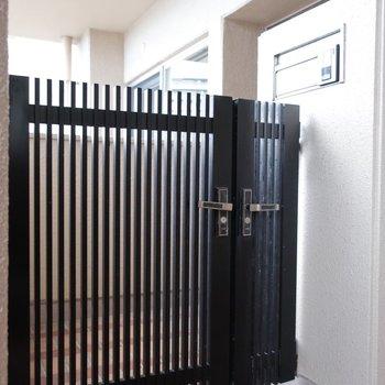 玄関には門扉が。一気にプライベート感!