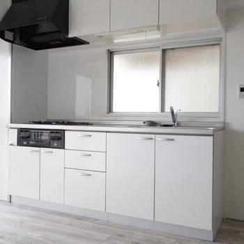 キッチンは真っ白シンプル。清潔感たっぷりですね。※写真は通電前です。