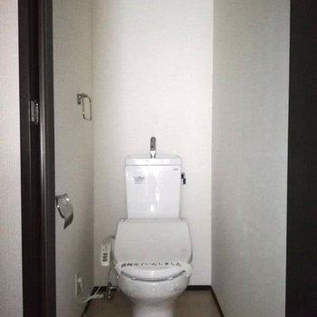 トイレはしっかり個室&ウォシュレット!※写真は通電前のものです・一部フラッシュを使用して撮影しています