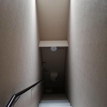 階段を登ってお部屋へ。窓がついてます※写真は通電前のものです