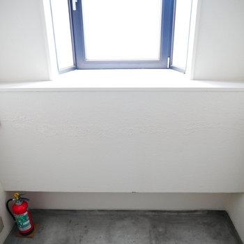 階段はレトロだけど窓があって明るいです