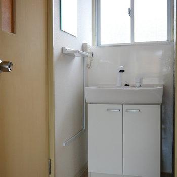 洗面の鏡は左に付いています