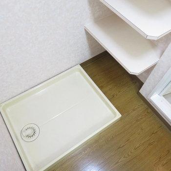 洗濯機置き場の横にも棚が