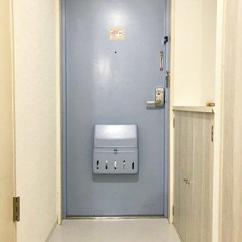 グレーに近い青の扉