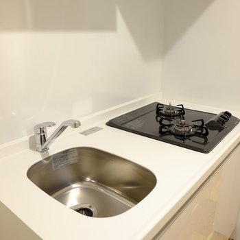 洗い場はちょっぴりコンパクトなキッチン(※写真は8階の同間取り別部屋のものです)