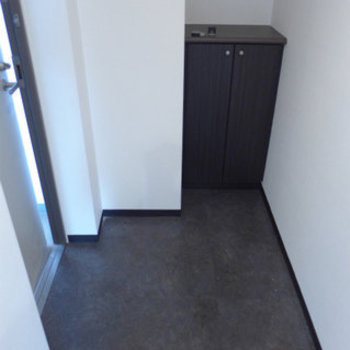 玄関も十分な広さ。シューズボックスあります。※写真は別部屋です。