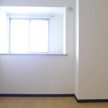 北側の洋室は4.5帖、コンパクト。※写真は別部屋です。