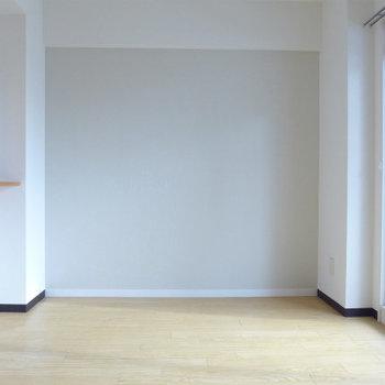 南向きの窓から優しい光が入ります。※写真は別部屋です。