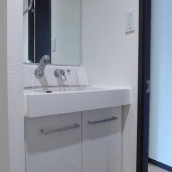 洗面台もシンプル、清潔感ばっちりです!※写真は別部屋です。