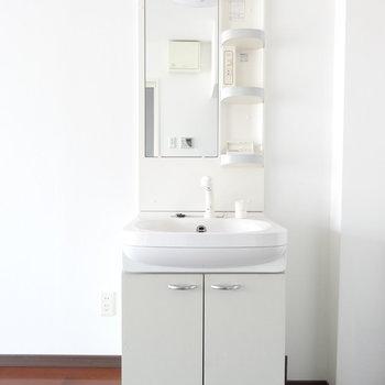 洗面はわりとしっかり。!(※写真は9階同間取り別部屋のものです)