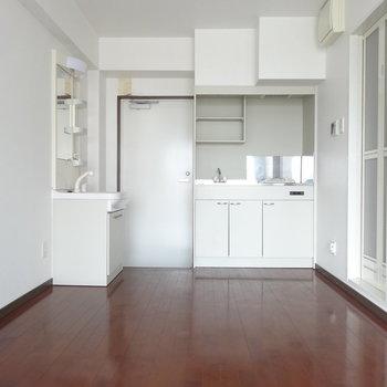 お部屋はシンプルなワンルーム。(※写真は9階同間取り別部屋のものです)