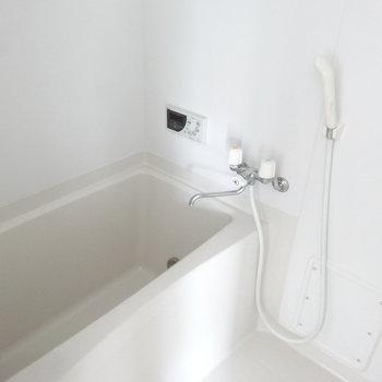 お風呂は普通ですが、追い焚き付きです!!(※写真は9階同間取り別部屋のものです)
