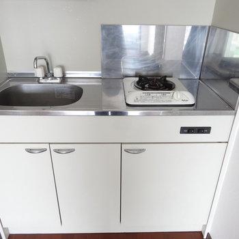 キッチンはコンパクトですね。三度の飯よりバイクですから。!(※写真は9階同間取り別部屋のものです)