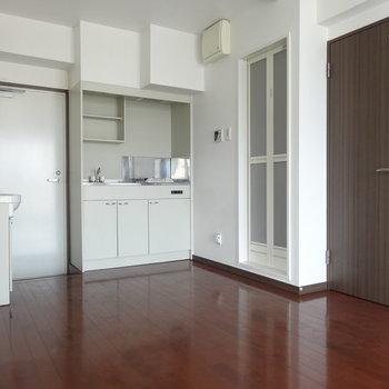 キッチン向かって右手がお風呂。その隣がトイレです。!(※写真は9階同間取り別部屋のものです)